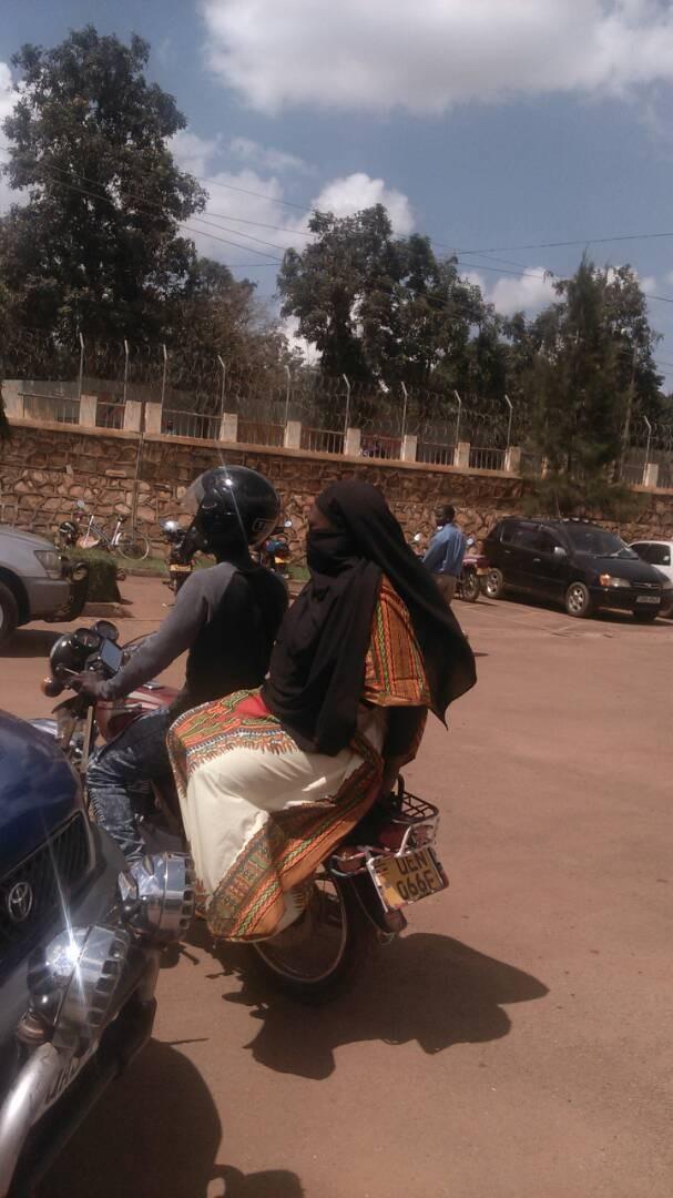 Bộ trưởng y tế Uganda 'vi hành' bắt quả tang hối lộ - ảnh 2