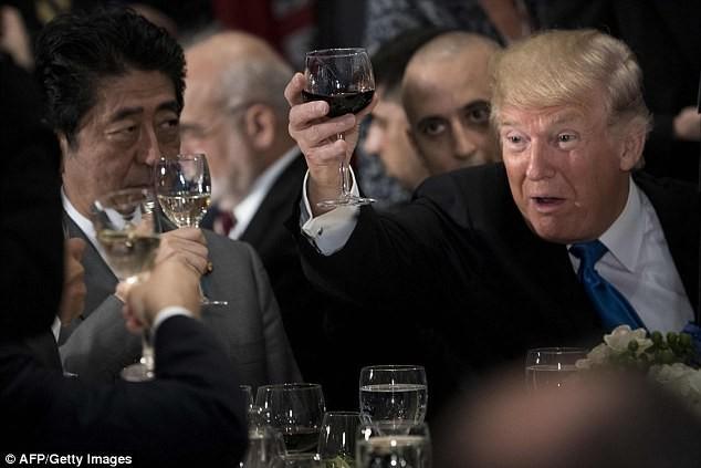 Bí mật bên trong ly rượu của Tổng thống Trump - ảnh 2