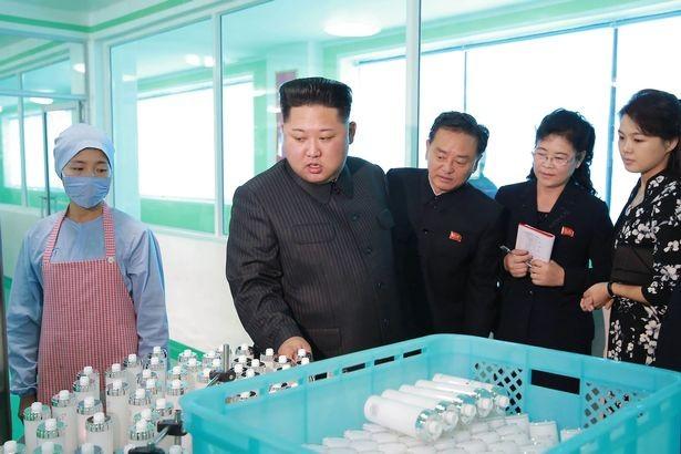 Ông Kim Jong-un tái xuất, cùng vợ thăm xưởng mỹ phẩm - ảnh 3