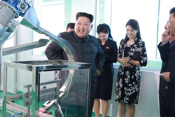 Ông Kim Jong-un tái xuất, cùng vợ thăm xưởng mỹ phẩm - ảnh 2