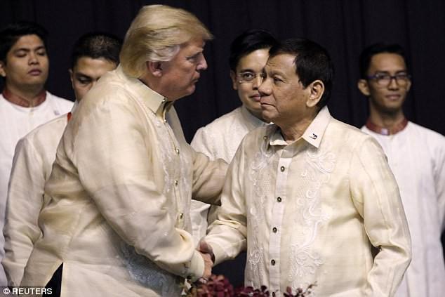 Ông Trump mặc trang phục truyền thống của Philippines - ảnh 1