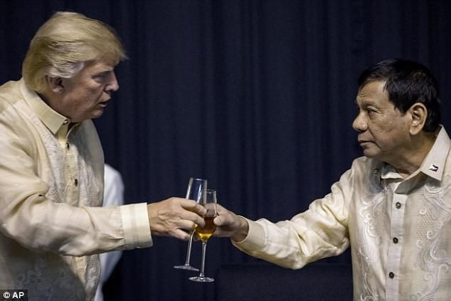 Ông Trump mặc trang phục truyền thống của Philippines - ảnh 2
