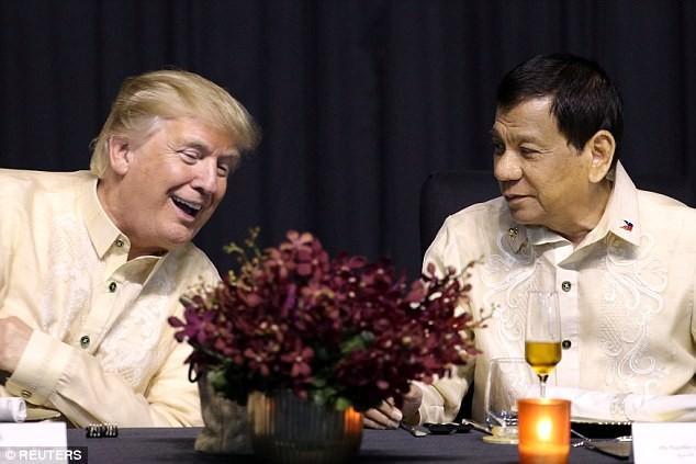 Ông Trump mặc trang phục truyền thống của Philippines - ảnh 3