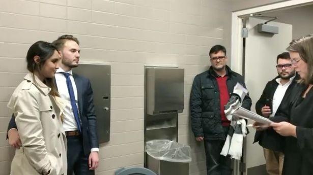 Cặp đôi kết hôn bên trong nhà vệ sinh nữ - ảnh 1