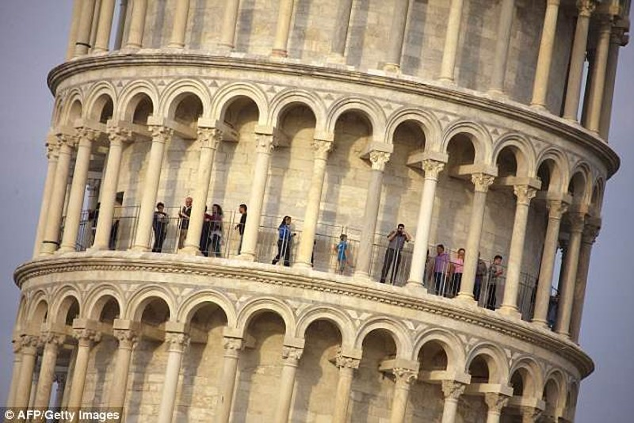 Vì sao tháp nghiêng Pisa không bị động đất đánh sập? - ảnh 1