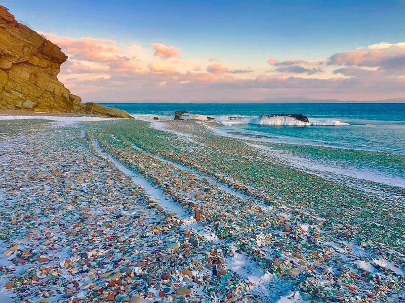 Lạ lùng bãi biển toàn thủy tinh đầy sắc màu - ảnh 2