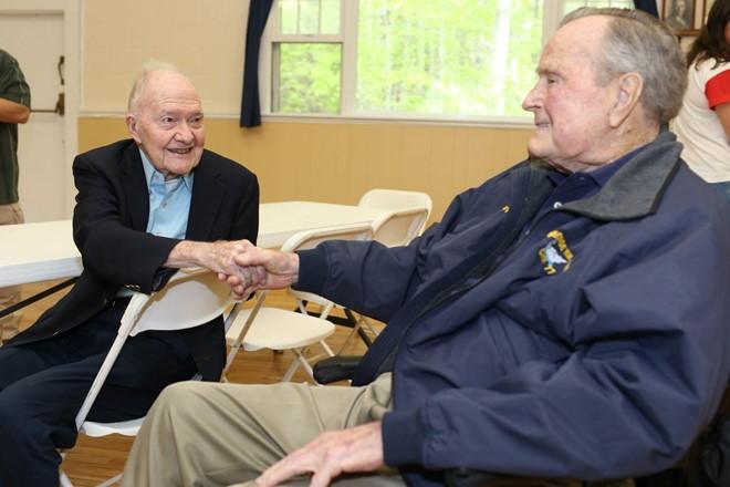 Cựu Tổng thống George H.W. Bush lại nhập viện - ảnh 1