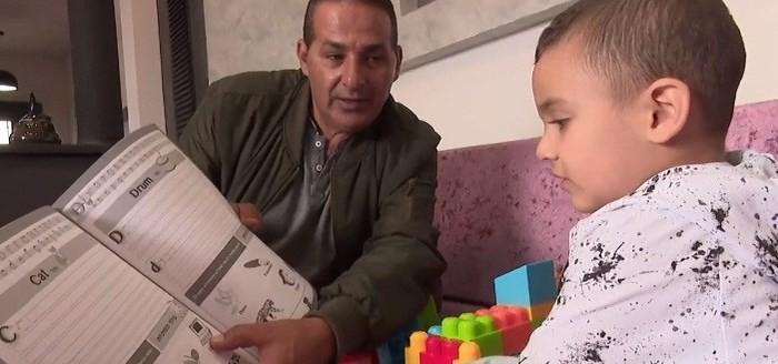 Lạ kỳ bé Israel 3 tuổi nói được tiếng Anh dù chưa được học - ảnh 1