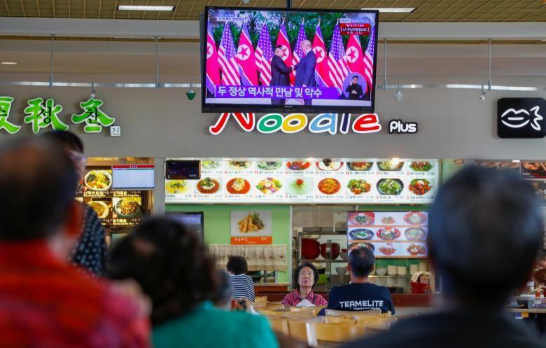 Phản ứng của người dân trước cái bắt tay Trump-Kim - ảnh 6