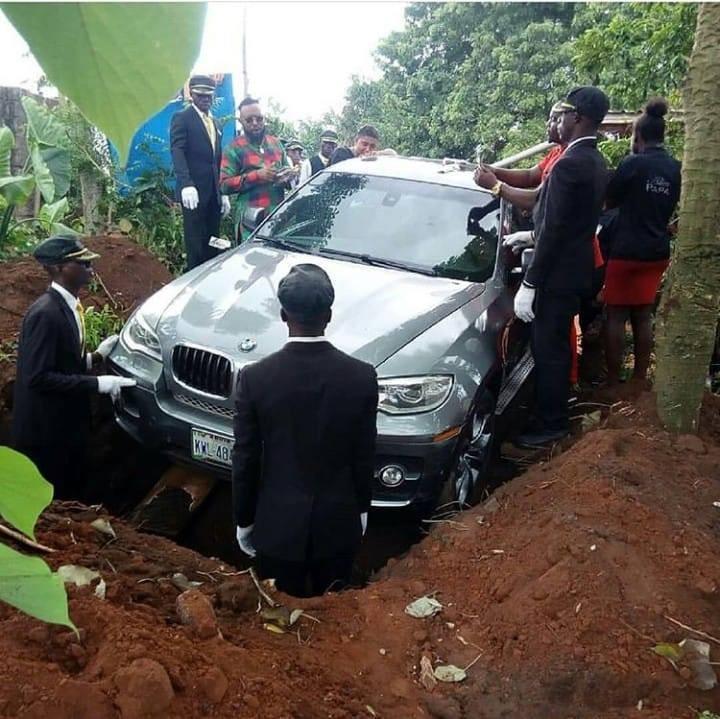 Mua xe hơi BMW X5 đời mới để làm quan tài chôn cất cha - ảnh 1