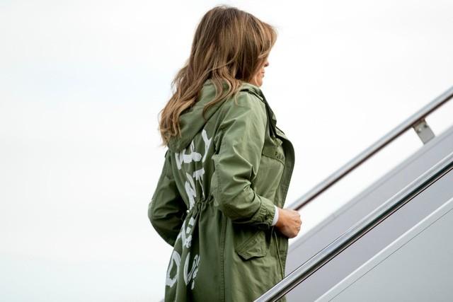 Dân mạng dậy sóng với thông điệp trên áo Đệ nhất phu nhân Mỹ - ảnh 1