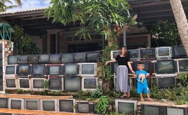 Tường rào làm bằng tivi cũ ở Việt Nam gây sốt mạng xã hội - ảnh 2