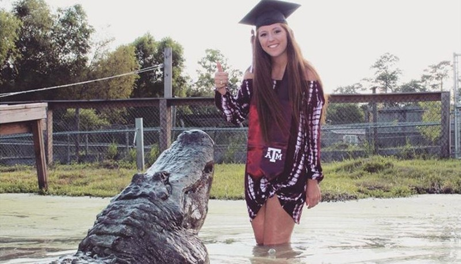 Lạ đời nữ sinh chụp ảnh tốt nghiệp cùng…cá sấu - ảnh 1