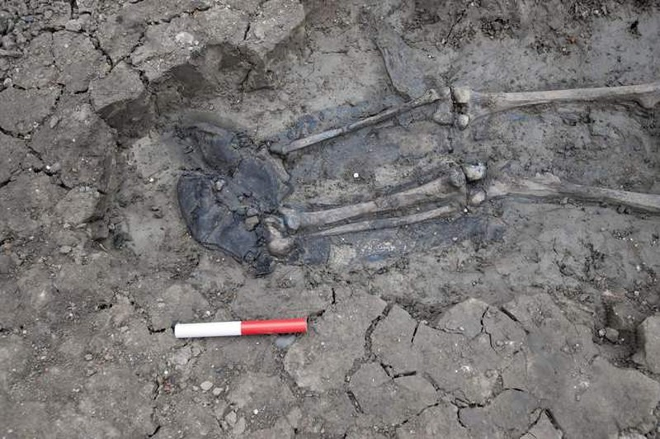 Phát hiện bộ xương bí ẩn 500 năm tuổi dưới cống nước ở Anh - ảnh 2