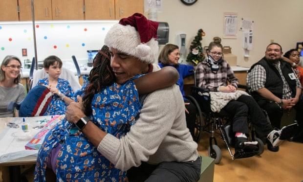 Ông Obama đóng giả ông già Noel tặng quà cho bệnh nhi - ảnh 2