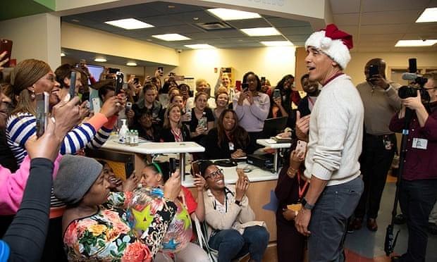 Ông Obama đóng giả ông già Noel tặng quà cho bệnh nhi - ảnh 3