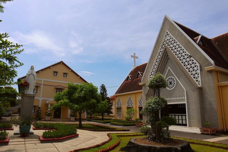 Cận cảnh nhà thờ, nhà dòng Thủ Thiêm gần 180 tuổi - ảnh 1