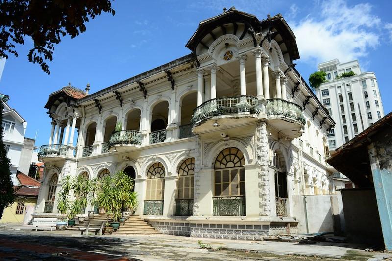 Cận cảnh biệt thự ba mặt tiền tại Sài Gòn sắp được trùng tu - ảnh 1