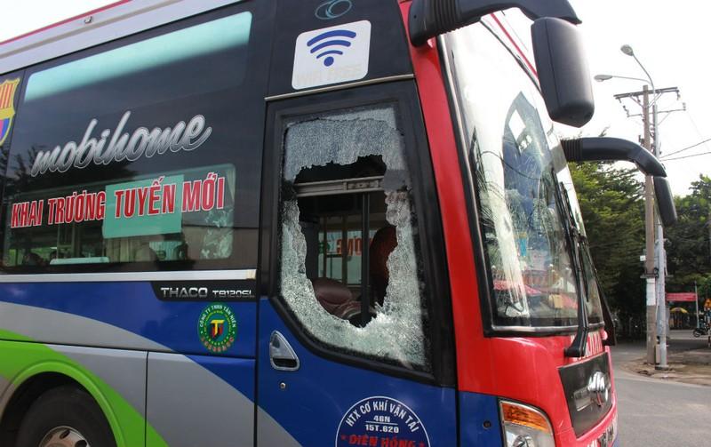 Xe khách bị hàng chục người  đập phá, vây đánh người - ảnh 1
