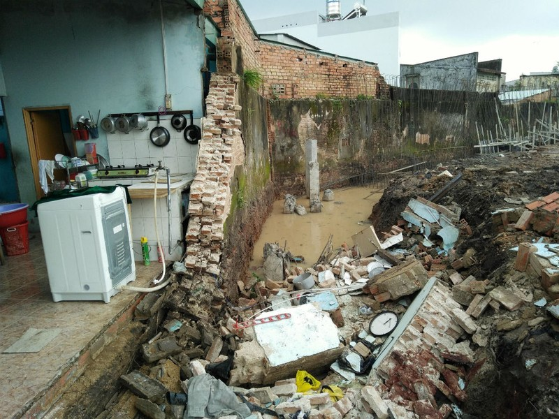 Biên Hòa: Tường đổ sập chôn vùi 3 người thương vong - ảnh 1