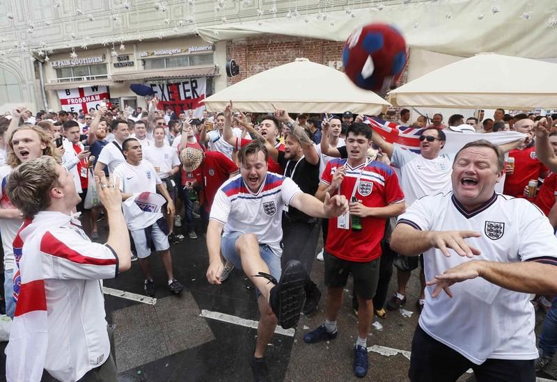 CĐV Anh và Croatia tưng bừng mở hội ở Moscow - ảnh 4