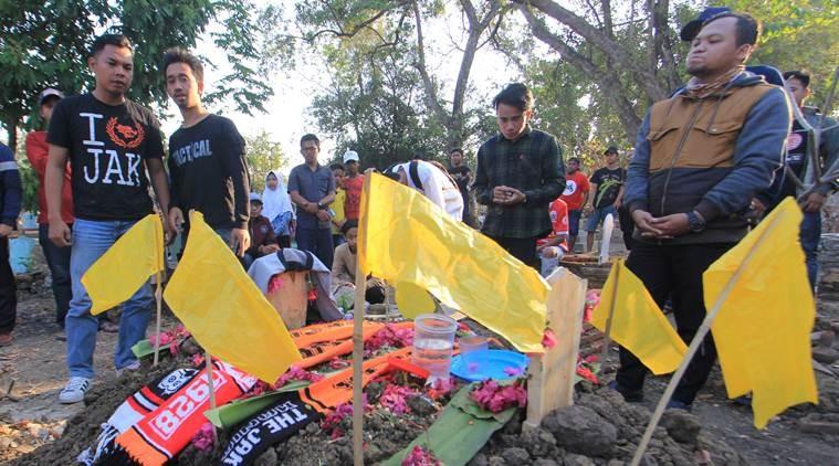 Fan đánh chết người, CLB Persib Bandung lãnh đủ - ảnh 1