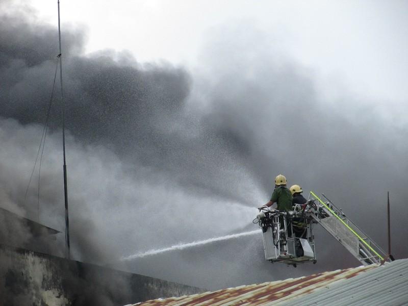 Vụ cháy ở Cần Thơ: Nhiều chiến sĩ bị ngạt khí độc, bỏng - ảnh 1
