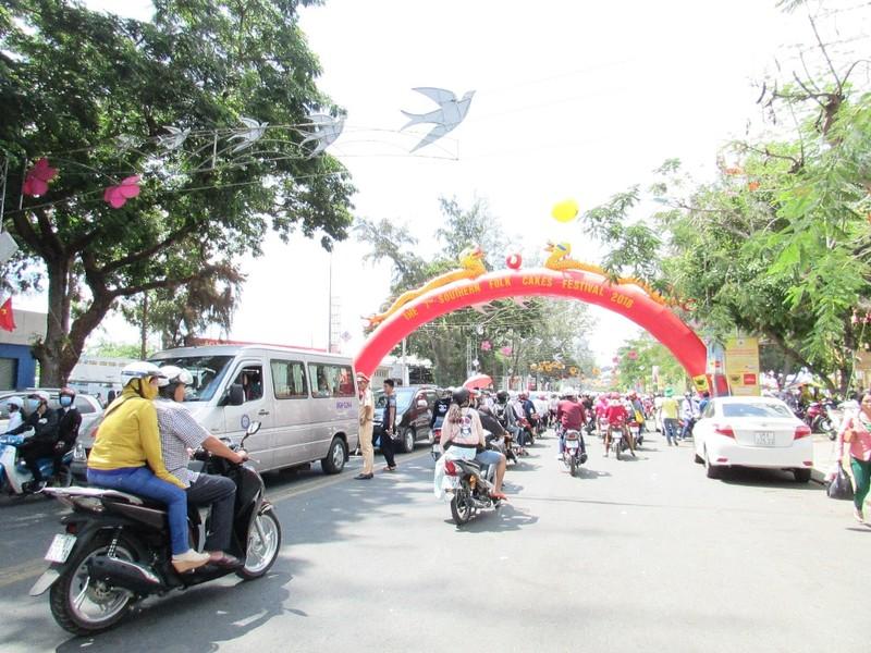 Hàng ngàn người chen nhau đến lễ hội bánh dân gian  - ảnh 3