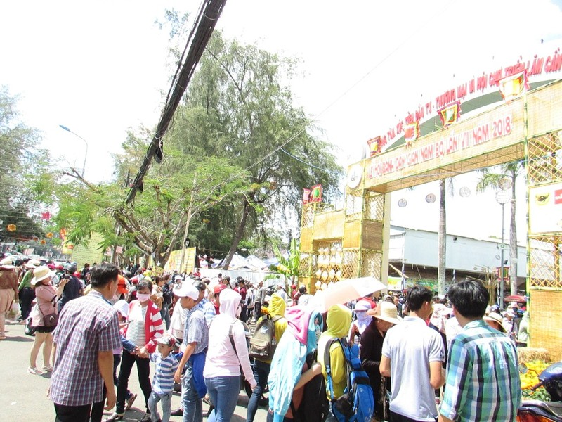 Hàng ngàn người chen nhau đến lễ hội bánh dân gian  - ảnh 2