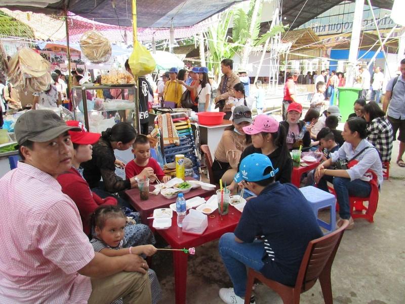 Hàng ngàn người chen nhau đến lễ hội bánh dân gian  - ảnh 8