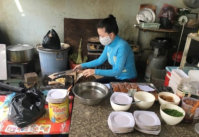 Quán bánh tráng kẹp 5.000 đồng nức tiếng Sài Gòn - ảnh 1
