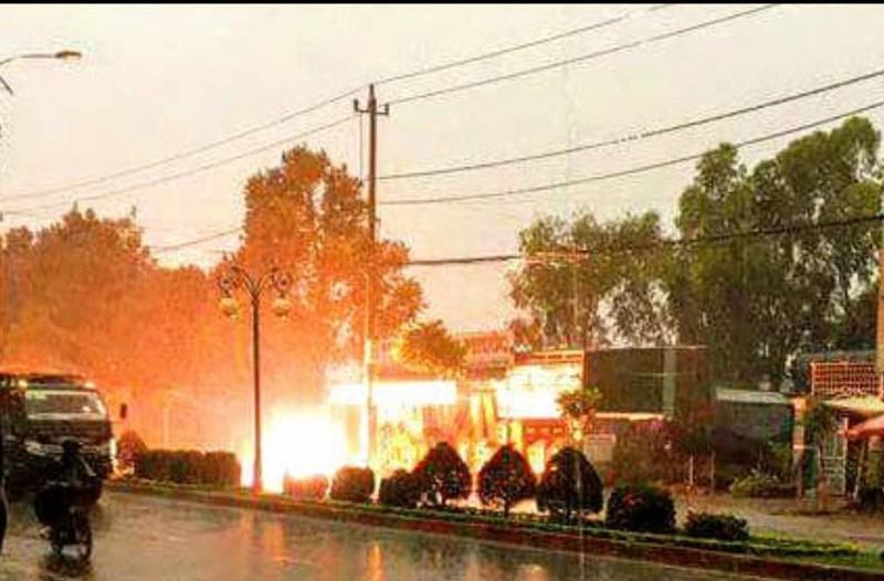 Đường điện cao thế bốc cháy dữ dội vì sét đánh - ảnh 1