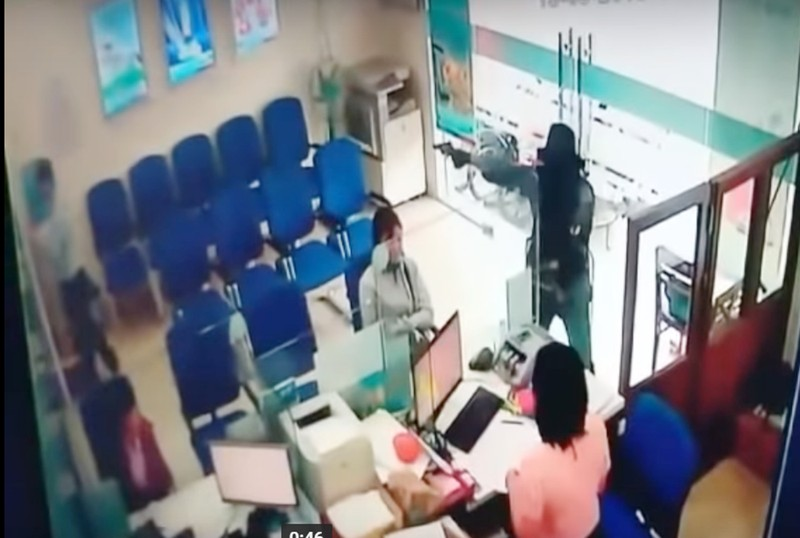 Hình ảnh đầy đủ vụ cướp ngân hàng ở Tiền Giang - ảnh 1