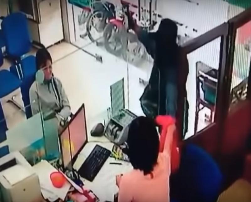 Hình ảnh đầy đủ vụ cướp ngân hàng ở Tiền Giang - ảnh 2
