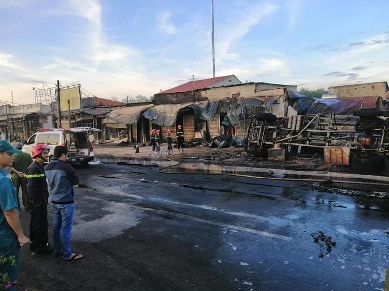Xe bồn chở dầu lao vào nhà dân bốc cháy, 6 người chết - ảnh 3