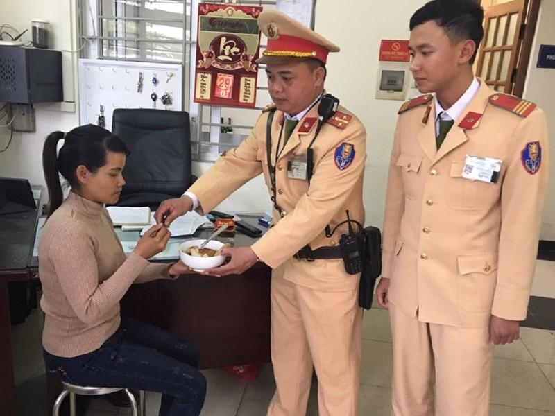 Người phụ nữ được CSGT mua vé xe từ Hà Nội về Sóc Trăng - ảnh 1