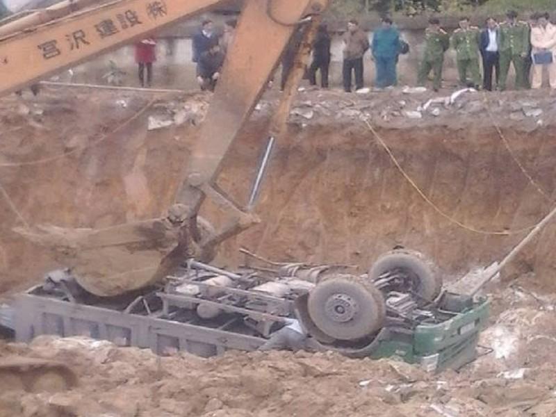 Xe tải rơi xuống công trường, tài xế tử vong tại chỗ - ảnh 1