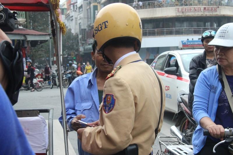 Dừng xích lô hút thuốc lào, bị phạt 70.000 đồng - ảnh 2