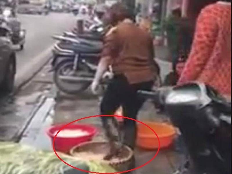 Phản cảm clip dùng chân để khoắng lòng heo ở Hà Nội  - ảnh 1