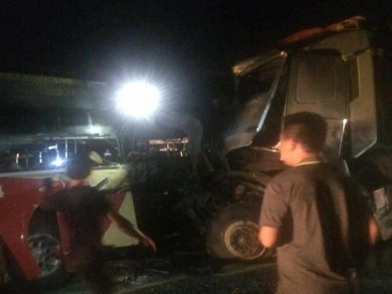 Xe giường nằm tông trực diện xe tải, 8 người nhập viện - ảnh 1