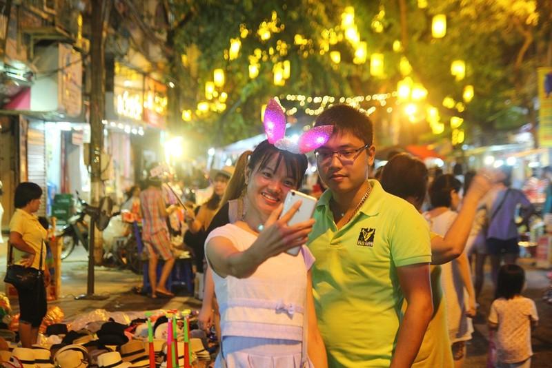 Nam thanh nữ tú Hà Nội 'toát mồ hôi' đi chơi trung thu - ảnh 11