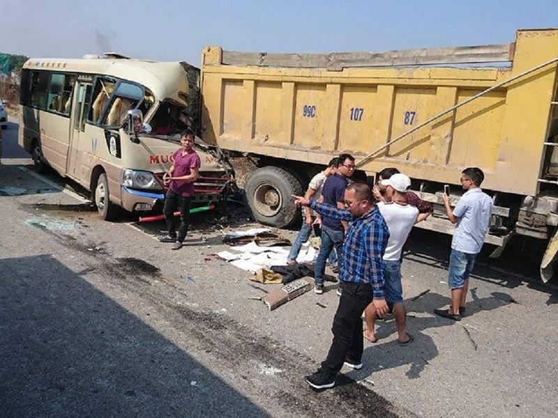 Lao vào đuôi xe tải, tài xế xe khách tử vong  - ảnh 1