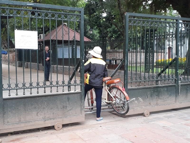 Hà Nội: Người dân thăm Văn Miếu không có chỗ gửi xe - ảnh 4