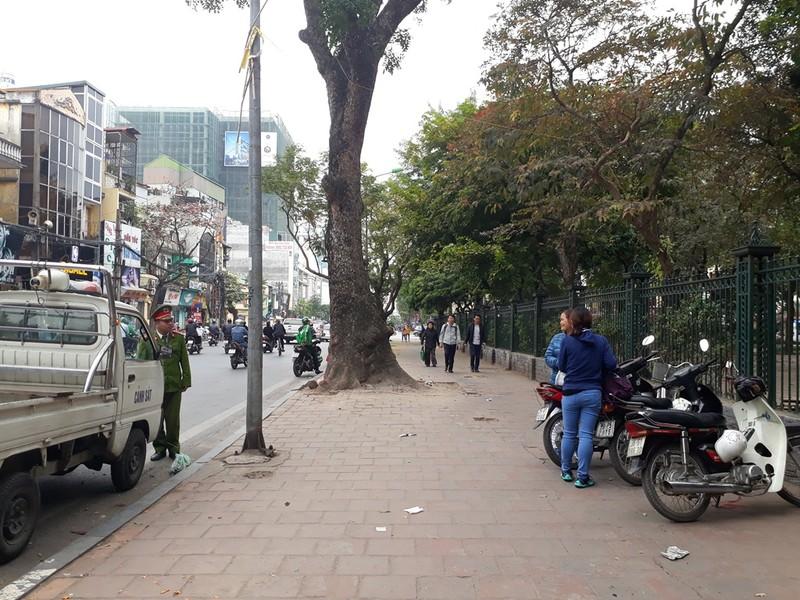 Hà Nội: Người dân thăm Văn Miếu không có chỗ gửi xe - ảnh 10