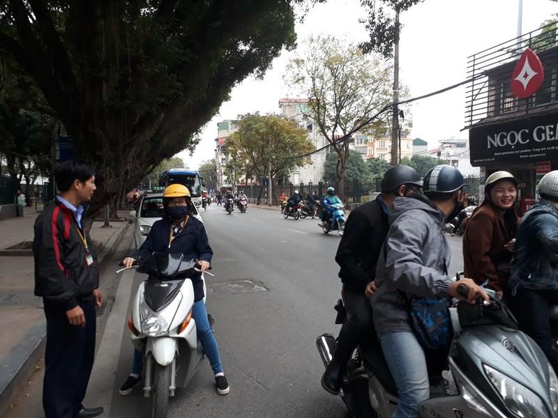 Hà Nội: Người dân thăm Văn Miếu không có chỗ gửi xe - ảnh 9
