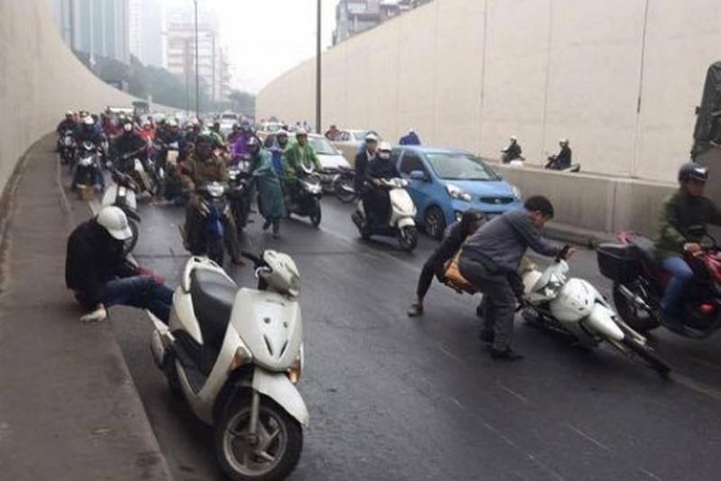 Hàng loạt xe máy trượt ngã la liệt dưới hầm Kim Liên - ảnh 1