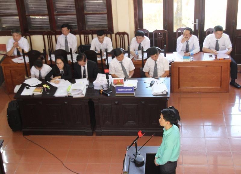 Xét xử BS Lương: Luật sư bị HĐXX mời ra ngoài - ảnh 1
