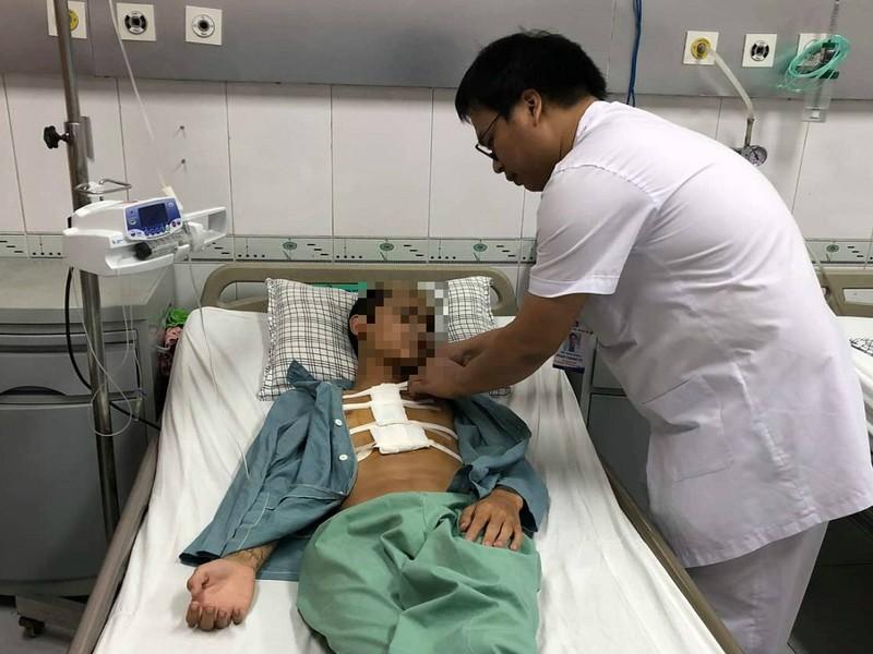 Bị đâm thấu tim, thanh niên 17 tuổi sốc mất máu nặng - ảnh 1