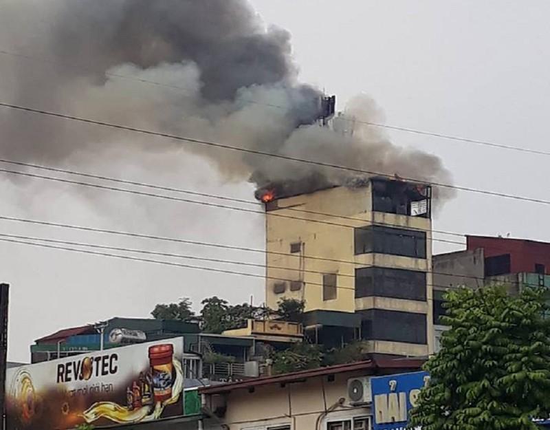 Khói lửa ngùn ngụt tại tòa nhà 9 tầng ở Hà Nội - ảnh 1