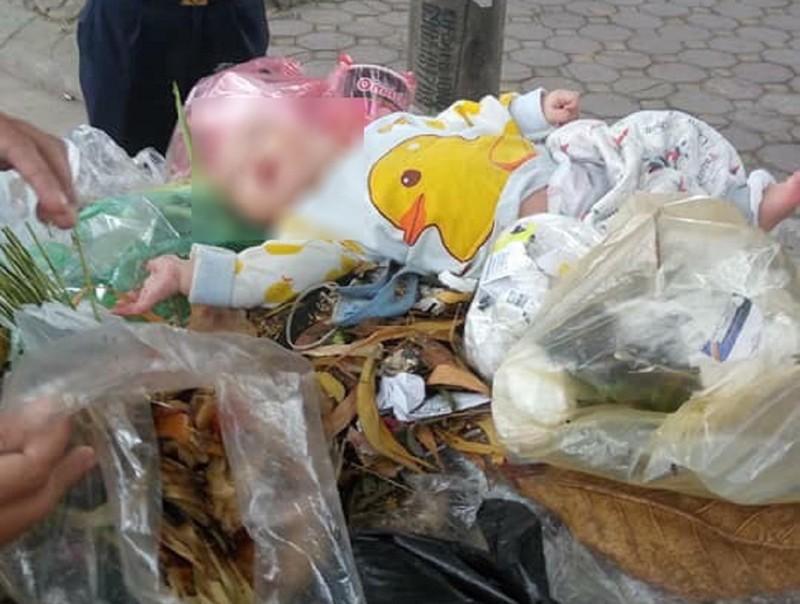 Bé trai 8 tháng tuổi bị 'bỏ quên' trên xe rác - ảnh 1